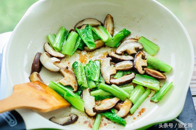 青菜这么炒颜色碧绿还不涩,一上桌大家连肉都不想吃了
