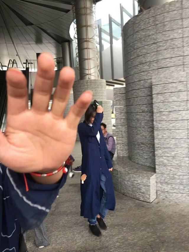 郑爽上海拍戏最新路透照流出,路人拍照,用胳膊挡脸超害羞可爱!