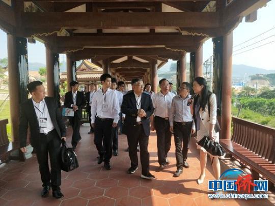中国侨网印尼经贸考察团参观察看海口弥勒古镇规划建设情况。 陈仁杰 摄