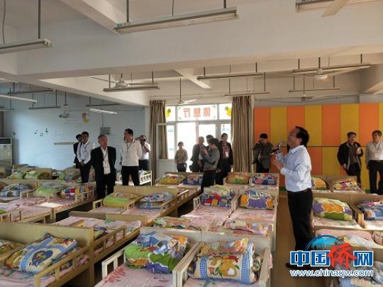 印尼经贸考察团参观侨捐项目东张镇华石小学幼儿园。 陈仁杰 摄