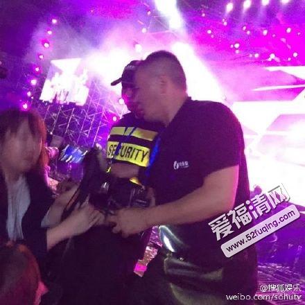 近日,有网友爆料日前在观看exo上海某拼盘演唱会的时候,遭遇保安暴力图片
