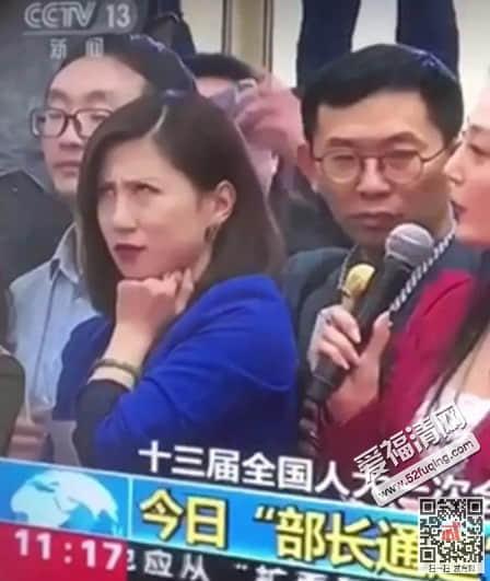翻白眼蓝衣服女记者最新消息被处罚了吗 红蓝女记者是谁个人资料微博背景