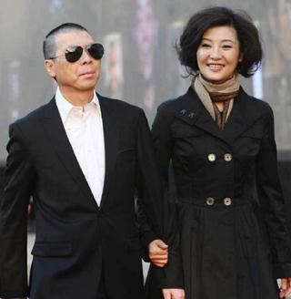 58岁冯小刚的49岁妻子徐帆近照