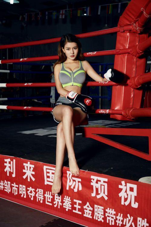 中国拳击第一女神,欣赏泰森这样的强壮男人,身材傲人大秀一字马