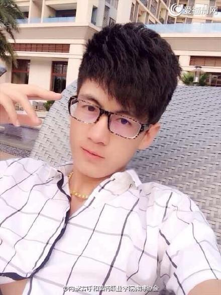 杨时雨戴着一副眼镜登场,给人一股酷酷的商界精英的感觉.确实,杨