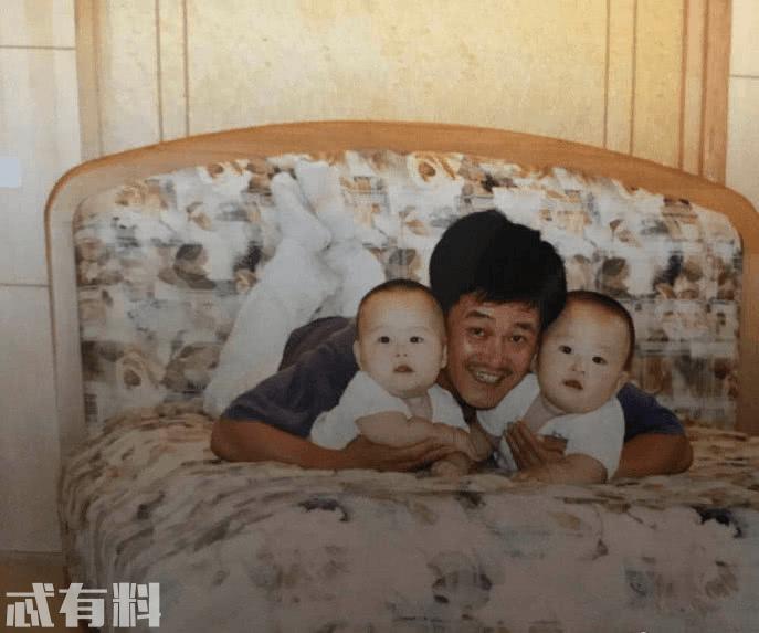 赵本山旧时全家福罕见曝光,妻子气质绝佳,儿女一个安静一个活泼