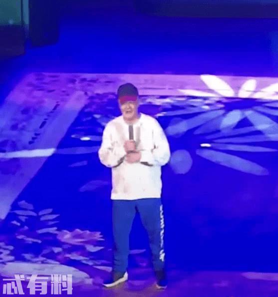 赵本山隐退后罕见登台献艺,舞台上与徒弟嬉闹展现童趣一面
