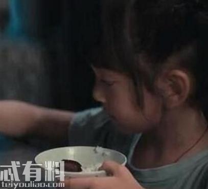 误杀小女儿为什么要划桌子 小女儿划桌子有什么含义