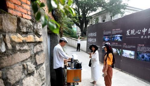 被野花野草覆盖的高墙下,刘运平站在那,手摇研磨,冲煮咖啡。吕明 摄 吕明 摄